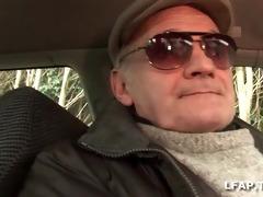 carmen 22 ans sodomisee sur le capot de la voiture